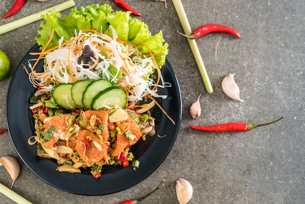 Salade crue épicée au saumon frais