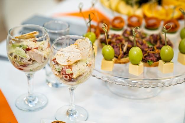 Salade dans un verre et canapés service confortable de la table du buffet