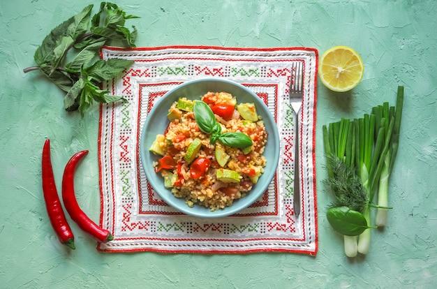 Salade déjeuner fraîche avec légumes et boulgour. cuisine rustique simple et utile.
