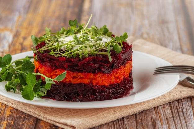 Une salade détox saine avec betteraves, carottes, microgreen et raisins secs