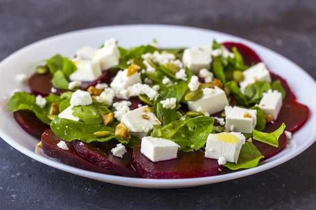 Salade diététique de betterave, de roquette, de fromage feta, de graines de citrouille à l'huile d'olive