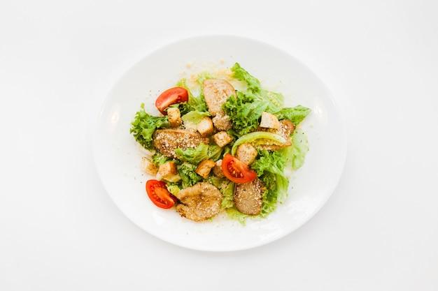 Salade diététique de légumes verts, poulet et craquelins césar