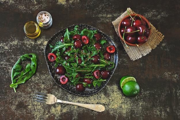 Salade diététique saine aux cerises et à la roquette. salade de fitness. régime cru.
