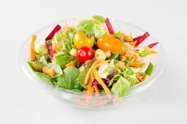 Salade à emporter sur fond blanc