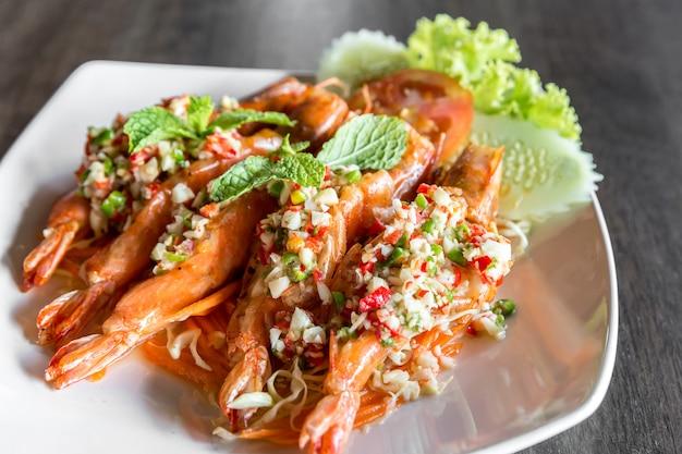 Salade épicée aux crevettes tigrées,
