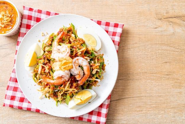 Salade épicée aux haricots verts ou aux noix de bétel avec crevettes et crevettes