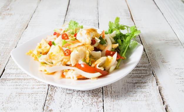 Salade épicée aux œufs au plat