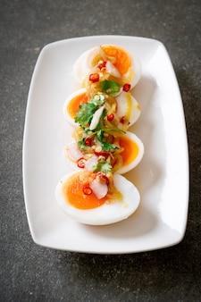 Salade épicée aux œufs à la coque