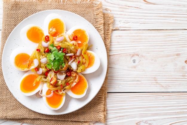 Salade épicée aux œufs mollets