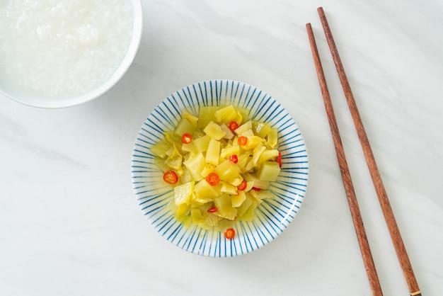 Salade épicée de chou ou de céleri à l'huile de sésame - style de cuisine asiatique