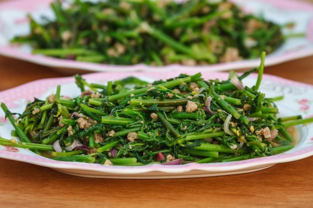 Salade épicée de fougère végétale