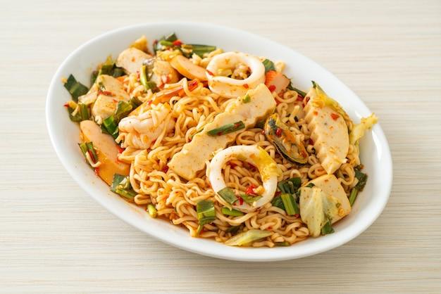Salade épicée de nouilles instantanées avec des viandes mélangées - style de cuisine asiatique