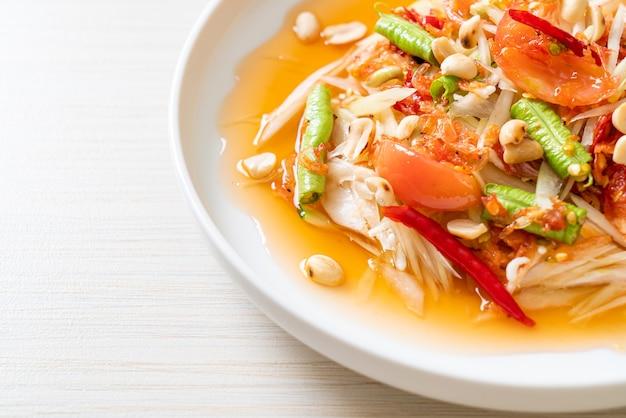 Salade épicée de papaye - somtam - style de cuisine de rue traditionnelle thaïlandaise