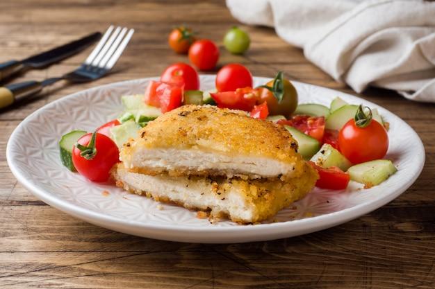 Salade d'escalope de poulet et concombre à la tomate