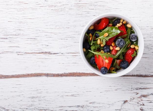 Salade estivale de fraises fraîches, roquette, laitue