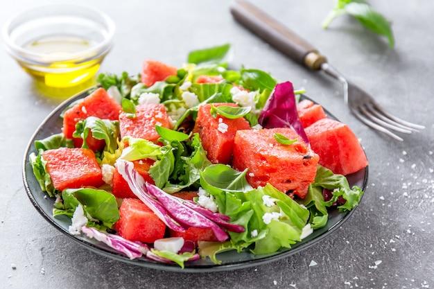 Salade estivale avec melon d'eau et feuilles de salade