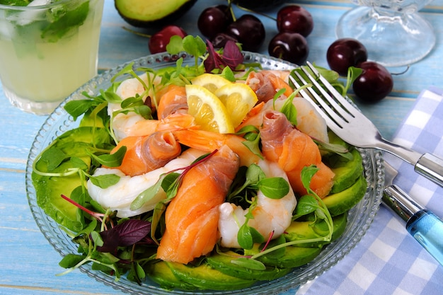 Salade d'été aux crevettes et au saumon fumé