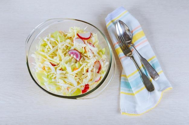 Salade d'été fraîche avec chou, carottes et verts.