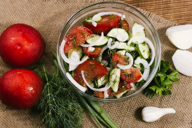 Salade d'été haute vue sur un chiffon
