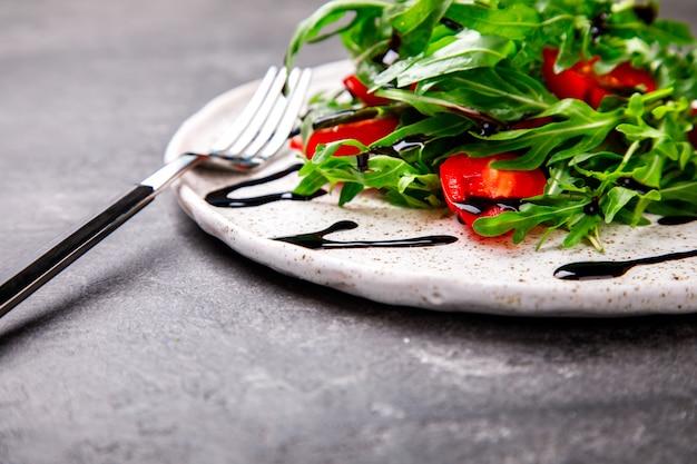 Salade d'été de légumes verts frais. nourriture pour une fête.