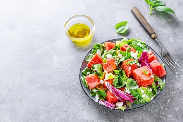Salade d'été à la pastèque et aux feuilles de salade