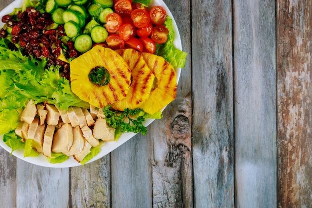 Salade festive aux légumes, fruits et poulet