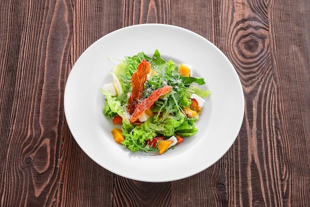 Salade à la feta, tomate et bacon