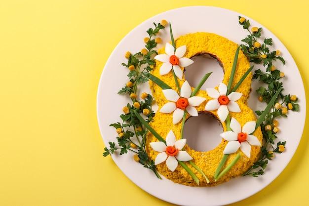 Salade de fête sous la forme du numéro 8, journée internationale de la femme, vue du dessus