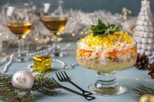 Salade des fêtes avec conserves de poisson, œufs, carottes et pommes de terre