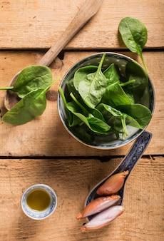 Salade de feuilles d'épinards avec assaisonnement