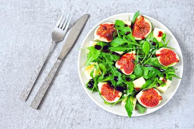 Salade de figues à la roquette et au fromage blanc. salade saine aux figues et au fromage. idée de déjeuner céto. régime céto. salade végétalienne figues tofu roquette.