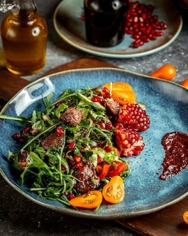 Salade de fines herbes avec de la viande et des grenades