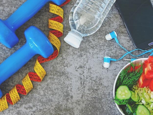 Salade fitness, haltères et ruban à mesurer
