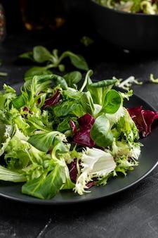 Salade fraîche à angle élevé sur plaque noire