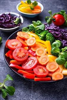 Salade fraîche arc-en-ciel végétarienne
