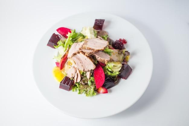 Salade fraîche au boeuf, poire verte, rouge et gelées.
