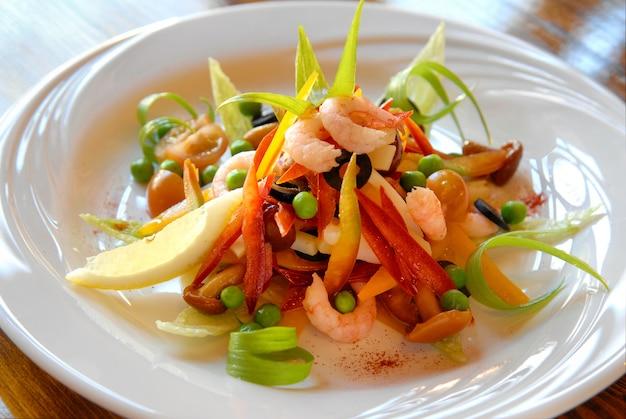 Salade fraîche aux crevettes olives pois, poivrons oignons et champignons
