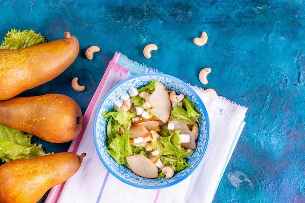 Salade fraîche aux feuilles de laitue, poire, noix et feta