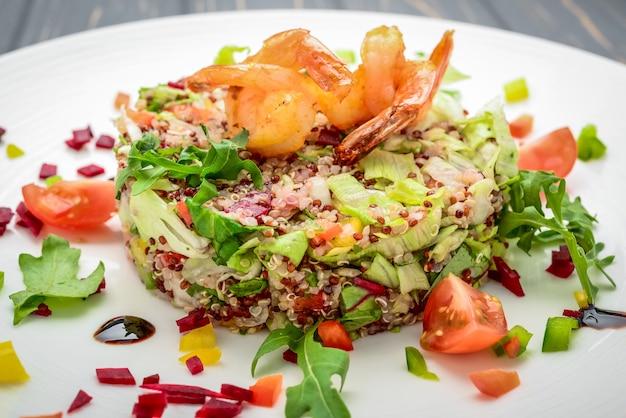 Salade fraîche aux légumes, graines germées et crevettes