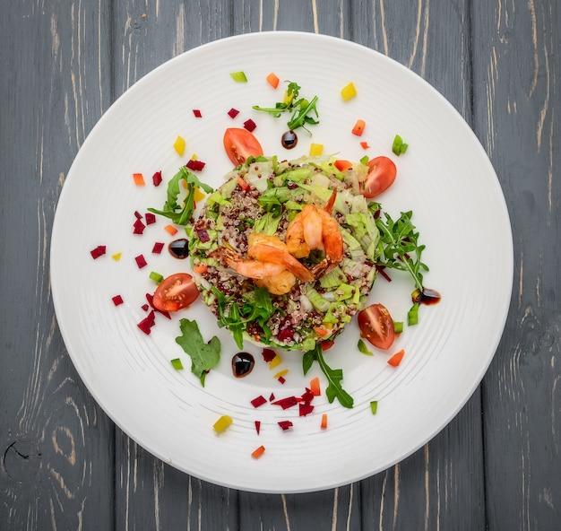 Salade fraîche aux légumes, grains germés et crevettes