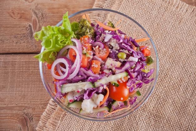 Salade fraîche en bonne santé dans un bol avec des légumes. vue de dessus.