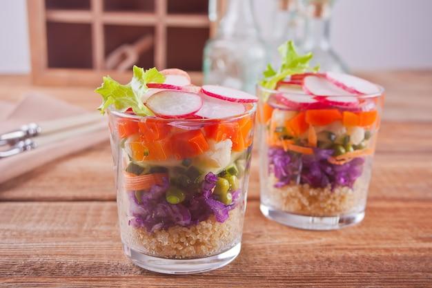 Salade fraîche en bonne santé sur la table en bois