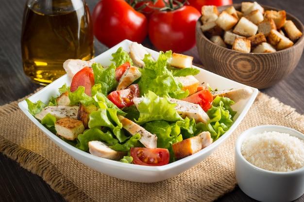 Salade fraîche avec une délicieuse poitrine de poulet, ruccola, épinards, chou, roquette et tomate