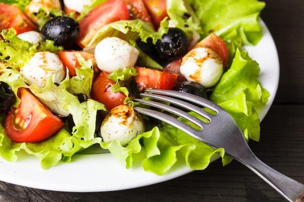 Salade fraîche avec fromage mozarella et légumes