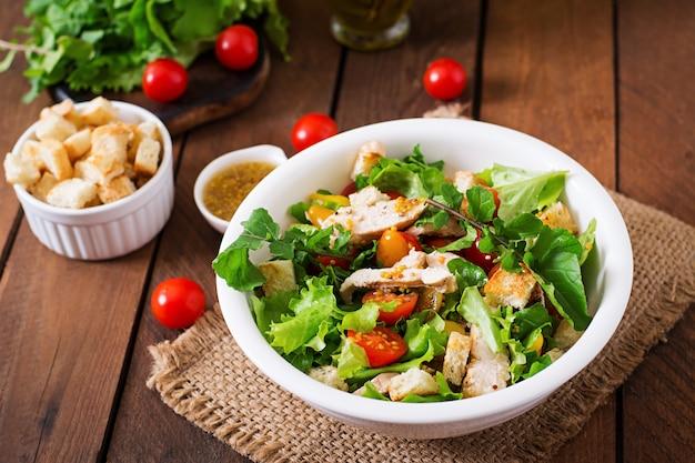 Salade fraîche avec poitrine de poulet, roquette, laitue et tomate.