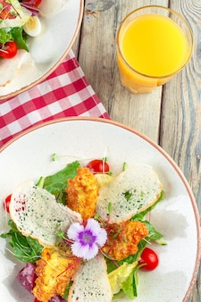 Salade fraîche avec poitrine de poulet, roquette et tomate. vue de dessus