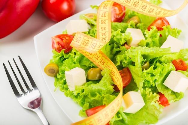 Salade fraîche et ruban à mesurer, vue rapprochée