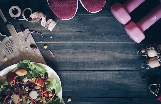 Salade fraîche et saine avec des haltères