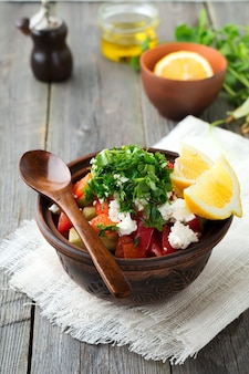 Salade fraîche shopka de poivrons cuits au four, tomate, oignon, concombre, persil, aneth et fromage feta dans un bol en céramique. cuisine traditionnelle serbe. mise au point sélective.