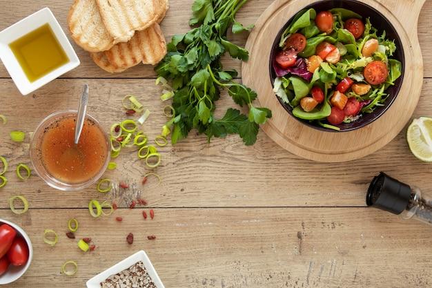 Salade fraîche sur table